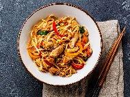 Рецепта Пържени китайски спагети / нудели с три вида месо - свинско, пилешко и телешко и сладко кисело сос